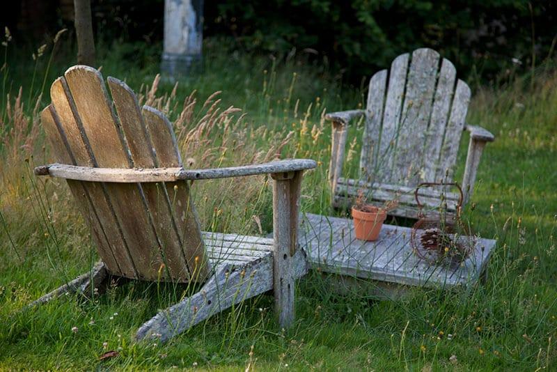 Jardin ferme de kerscuntec cadre bucolique avec 2 chaises et une table en bois