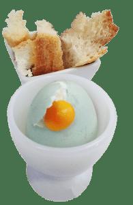 Croissant, confiture et oeuf du petit-déjeuner