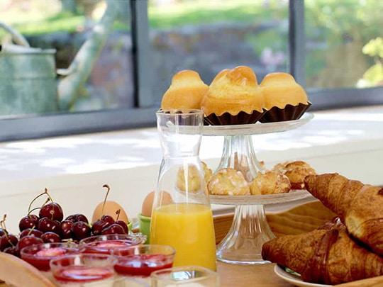 fruits frais et gourmandises au petit-déjeuner gîte de charme finistère