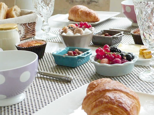 table du petit-déjeuner à la ferme de Kerscuntec maison d'hôte